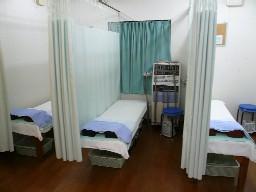 ベッドは7台。治療中はベッド間をカーテンで仕切っています。